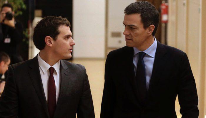 Pedro Sánchez y Albert Rivera durante una de sus reuniones en el Congreso