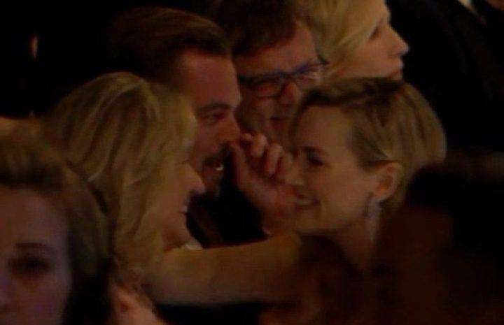 DiCaprio se toca la nariz mientras Kate Winslet saluda a su madre
