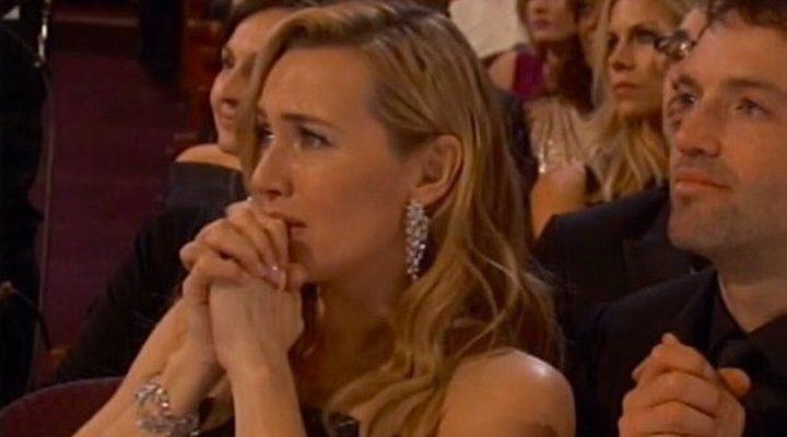 Kate Winslet emocionada con el Oscar a Leonardo DiCaprio