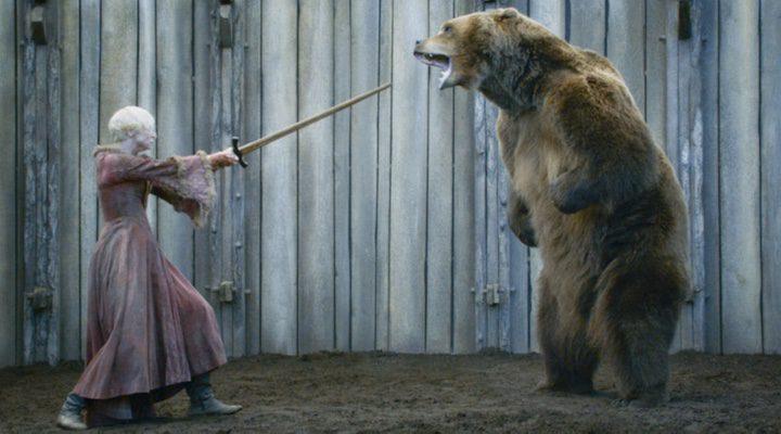Brienne lucha contra un oso en la tercera temporada de 'Game of Thrones'
