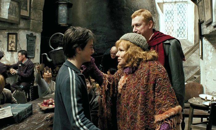 Molly Weasley cuidando de Harry
