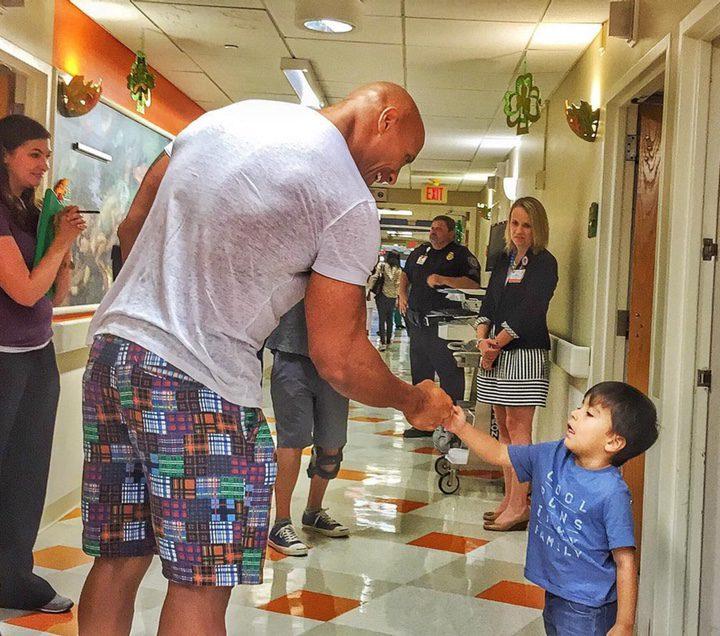 Dwayne Johnson visitando un hospital infantil