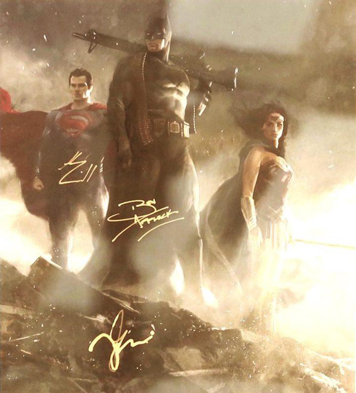 Póster de 'Batman v Superman: El amanecer de la justicia' firmado por Ben Affleck, Gal Gadot y Henry Cavill