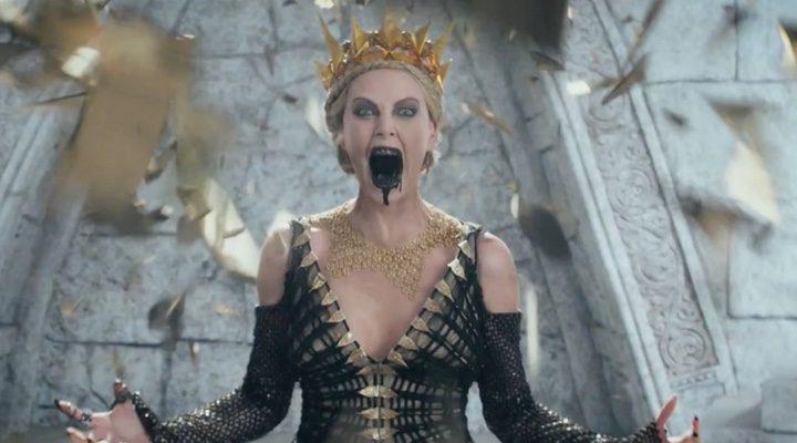 Charlize Theron en uno de los momentos de la nueva entrega centrada en Blancanieves