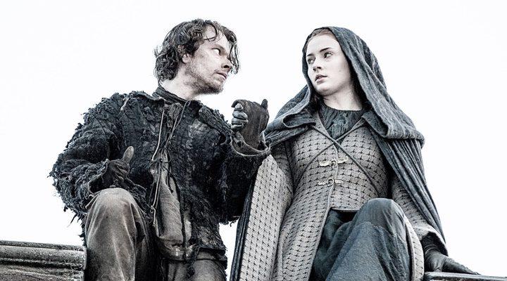 Sansa y Hediondo a punto de lanzarse al vacío en el final de la quinta temporada