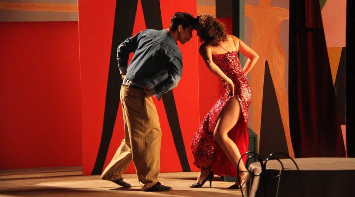 Fotograma de 'Cantinflas' con Óscar Jaenada en pleno baile