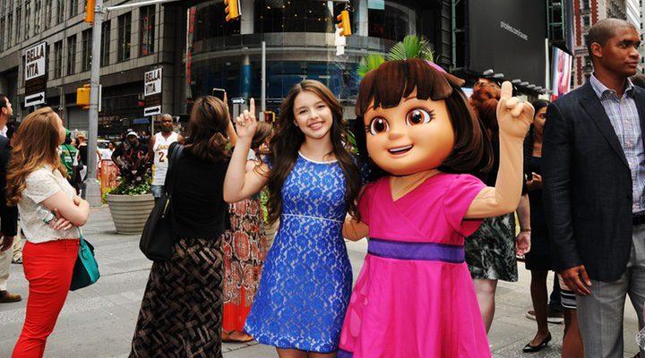 Fátima Ptacek junto a un muñeco de 'Dora, la exploradora'