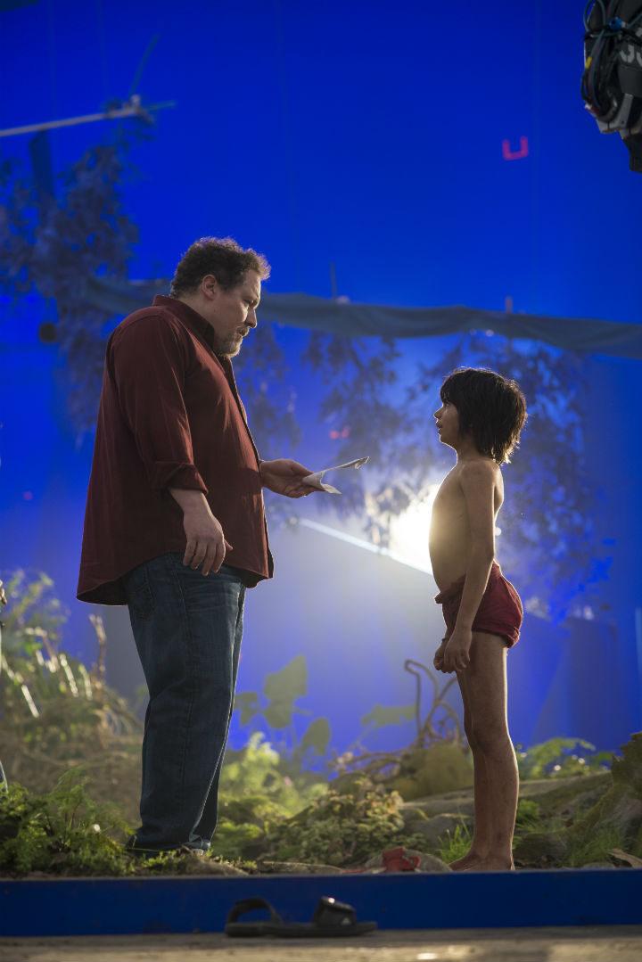 Jon Favreau y Neel Sethi en el rodaje de 'El Libro de la Selva'