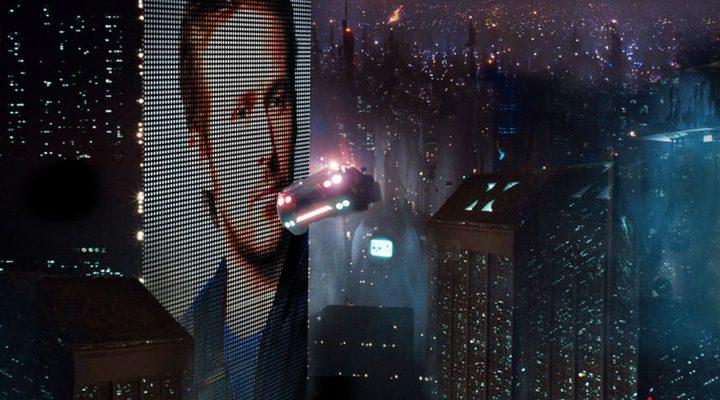 Ryan Gosling en una pantalla de la futurista ciudad de Los Ángeles