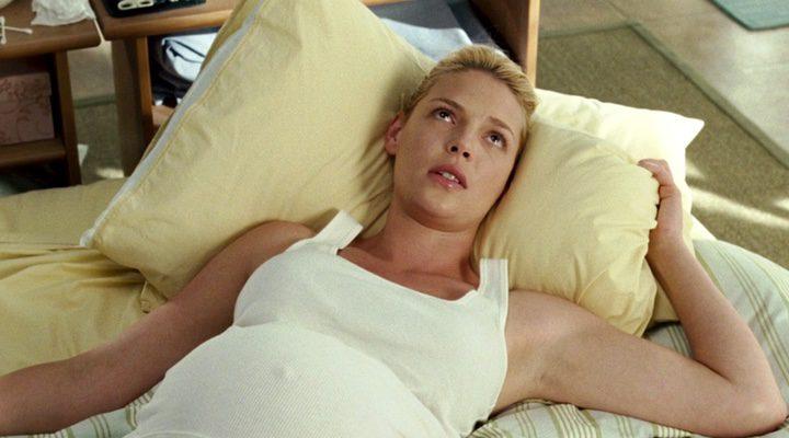 Katherine Heigh en un fotograma de 'Lío embarazoso'