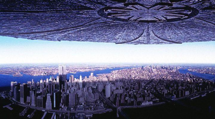 Una nave extraterrestre sobrevolando en 'Independence Day: Contraataque