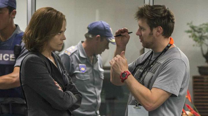 Sigourney Weaver y Neill Blomkamp en el rodaje de 'Chappie'
