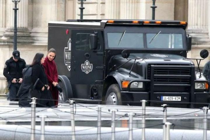 Gal Gadot grabando una escena de 'Wonder Woman' en París
