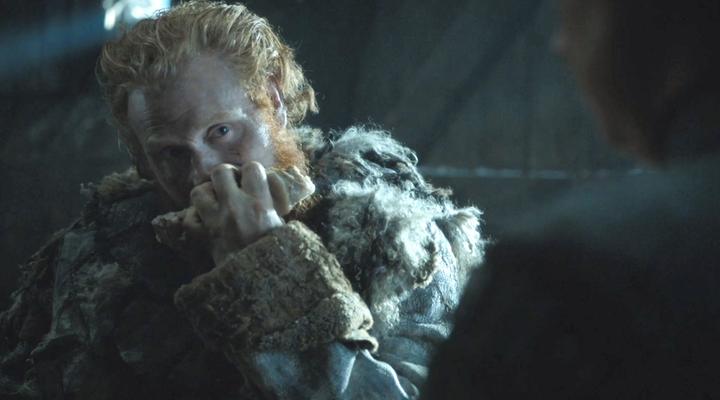 Tormund el matagigantes mirando a Brienne de Tarth en 'Juego de Tronos'