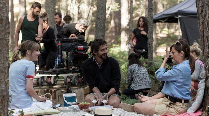 Paco León dirigiendo a su reparto en 'Kiki, el amor se hace'