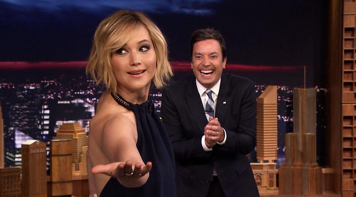 Jennifer Lawrence y Jimmy Fallon en 'The Tonight Show'