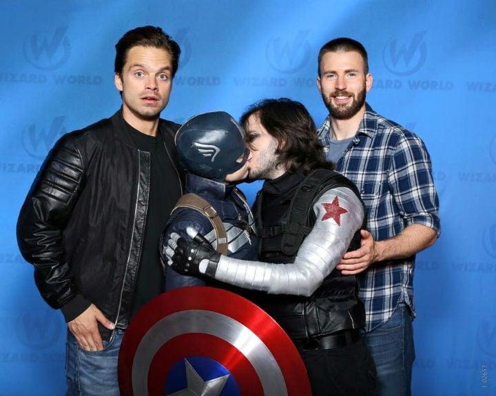 Sebastian Stan y Chris Evans presencian un beso de Steve Rogers y Bucky Barnes