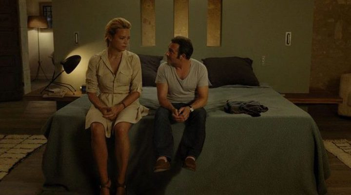 Alexandre y Diane sentados en la cama