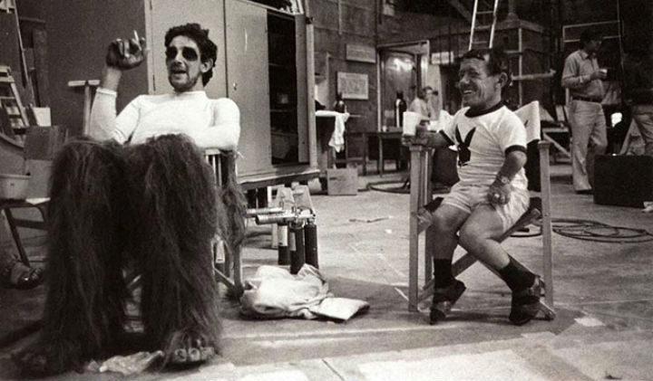 Peter Mayhew y Kenny Baker en un descanso del rodaje de 'Star Wars'