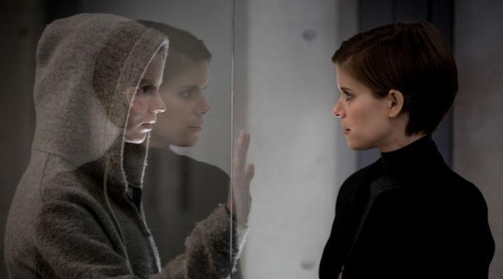 Anya Taylor-Joy y Kate Mara en 'Morgan'