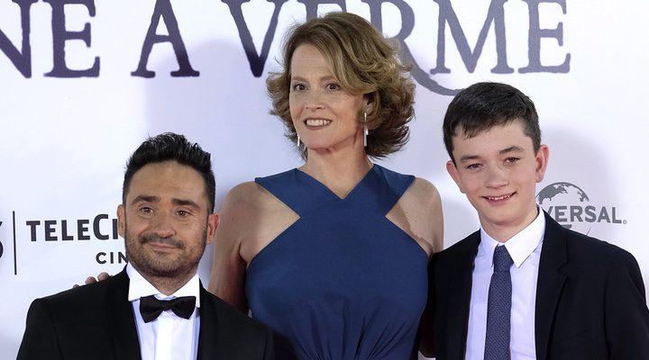 Juan Antonio Bayona, Sigourney Weaver y Lewis MacDougall en la premiere de 'Un monstruo viene a verme'