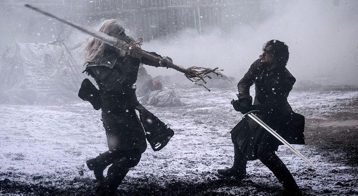Jon-Nieve-con-una-espada-de-acero-valyrio