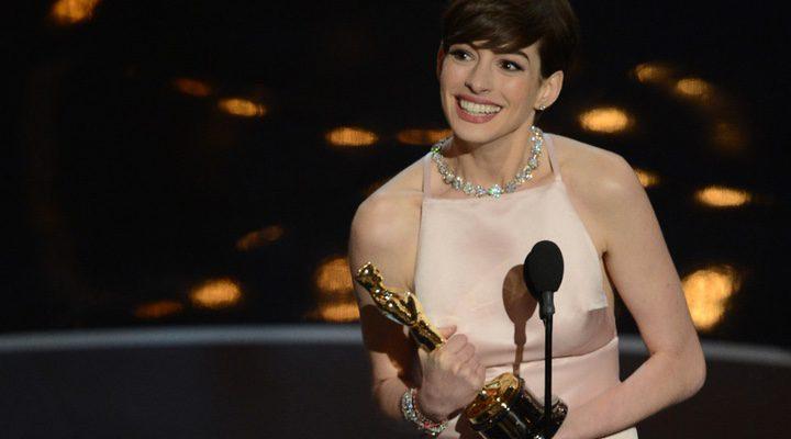 Anne Hathaway recibe el Oscar