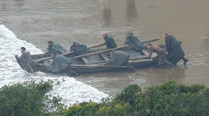 Jon Nieve, Jorah Mormont, Ser Davos y Gendry empujan una barca