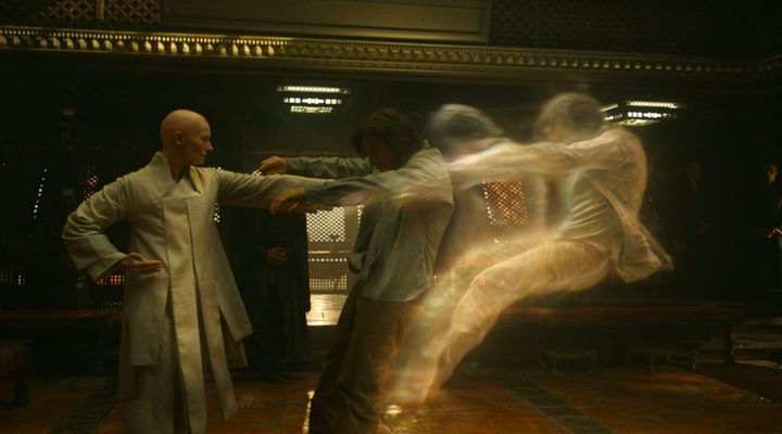 Tilda Swinton y Benedict Cumberbatch en 'Doctor Strange (Doctor Extraño)'