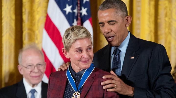 Ellen DeGeneres recibiendo la medalla a manos de Obama