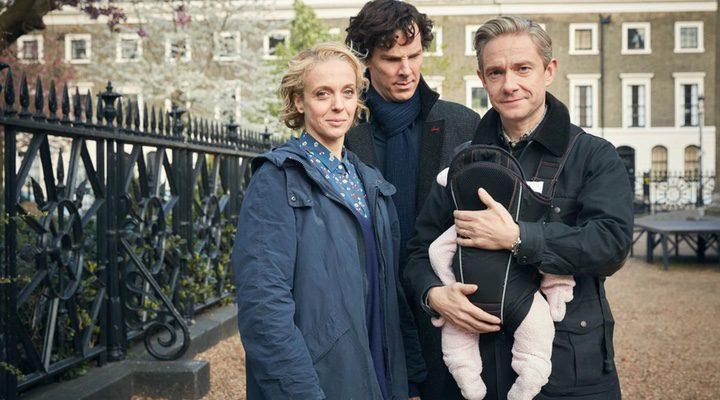 Mary y John Watson junto a bebé, al que Sherlock Holmes mira con cara de extrañeza
