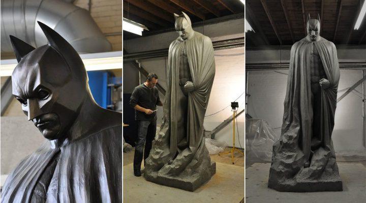 La estatua de batman de 'El caballero oscuro: la leyenda renace'