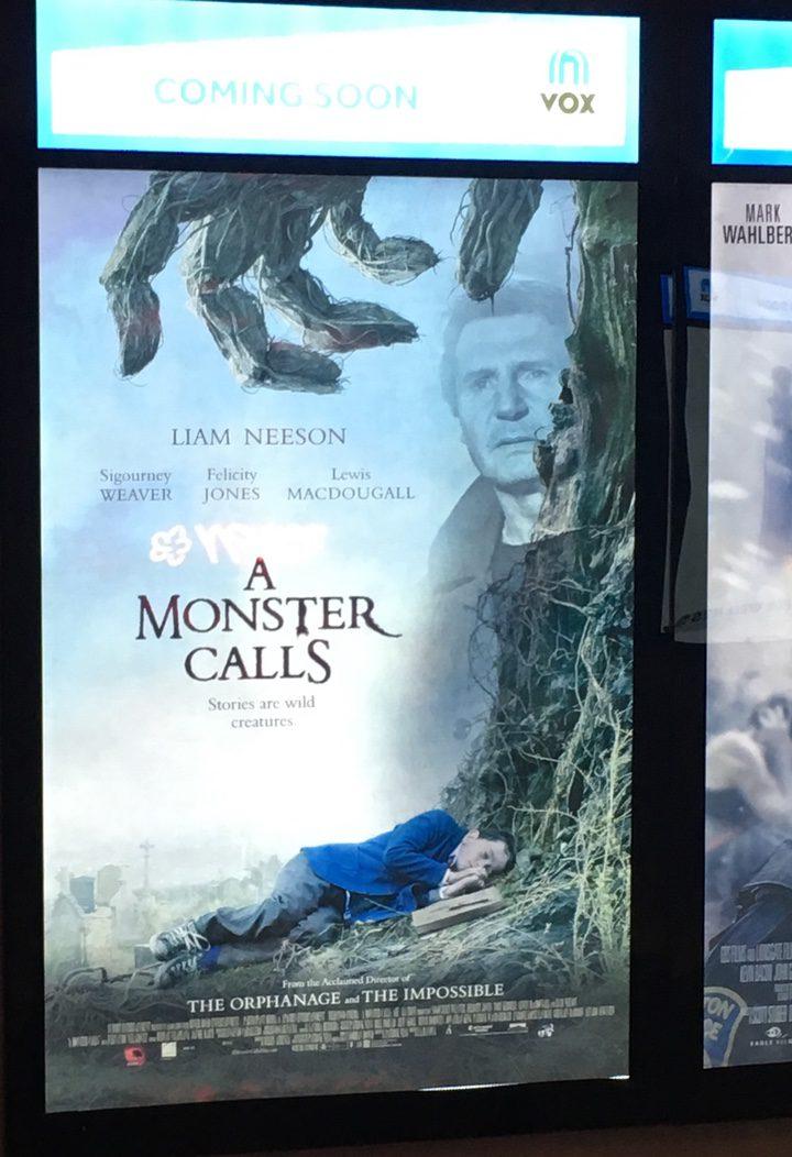 Póster de 'Un monstruo viene a verme' de VOX