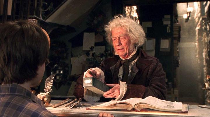 John Hurt como el señor Ollivander en 'Hary Potter y la Piedra Filosofal'