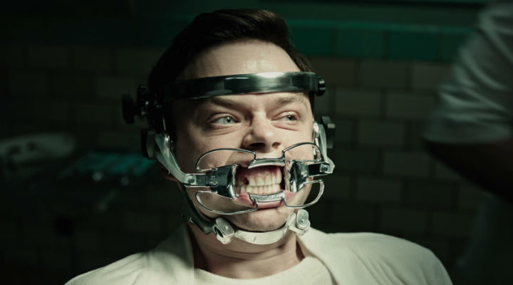 Lockhart (Dane DeHaan) se somete al tratamiento de Volmer (Jason Isaacs)