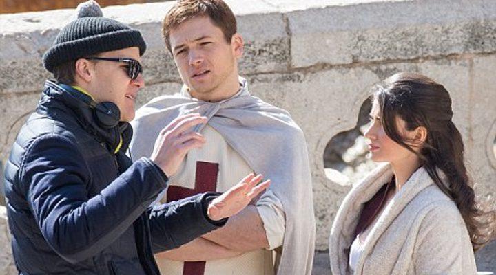 Taron Egerton y Eve Hewson en el rodaje de 'Robin Hood: Orígenes'