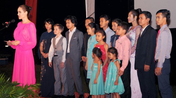 Angelina Jolie y sus hijos en Camboya