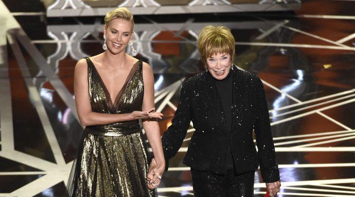 Charlize Theron & Shirley McLaine en los Oscar 2017