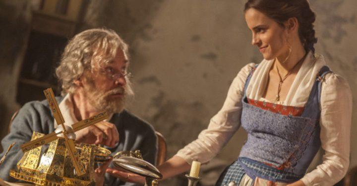Maurice (Kevin Kline) y Bella (Emma Watson) en 'La Bella y la Bestia'