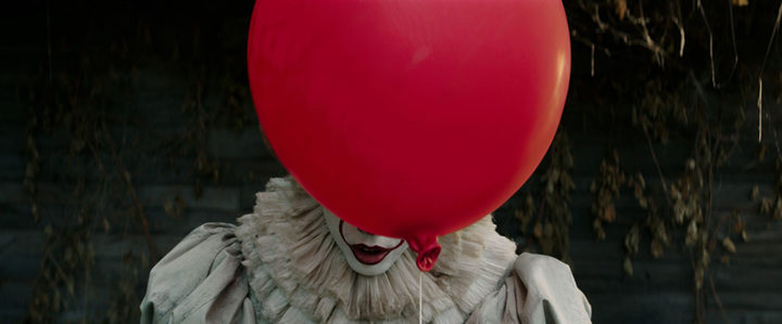 Pennywise tras su globo rojo
