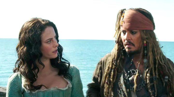 Kaya Scodelario y Johnny Depp en 'Piratas del Caribe: La venganza de Salazar'