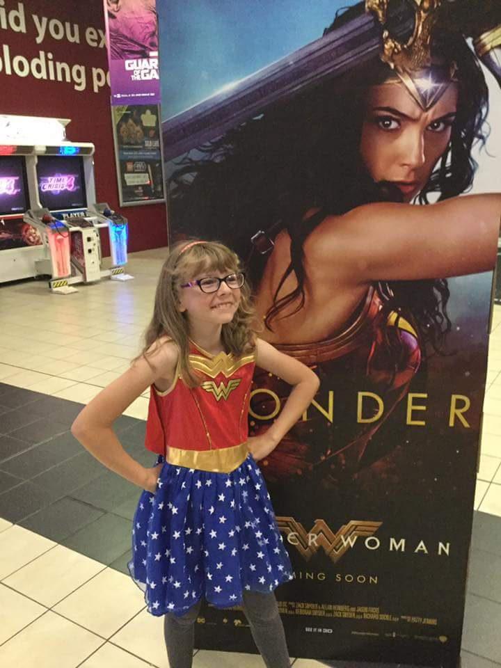 Niña disfrazada de Wonder Woman