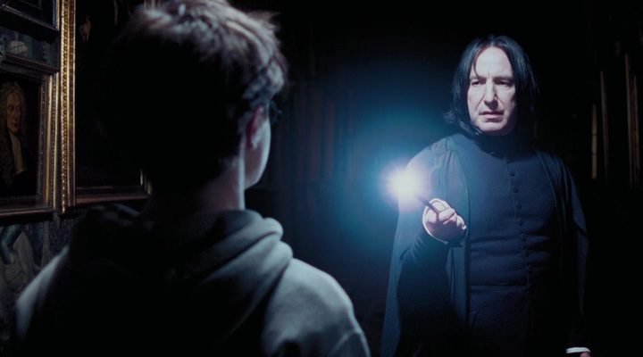 Snape alumbrando a harry Potter