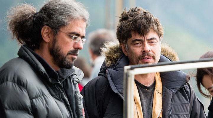 Fernando León de Aranoa y Benicio del Toro durante el rodaje de 'Un día perfecto'