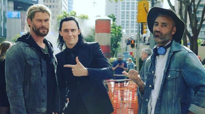 Taika Waititi dirigiendo a Chris Hemsworth y Tom Hiddleston