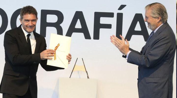 Antonio Banderas recogiendo el Premio nacional de Cinematografía