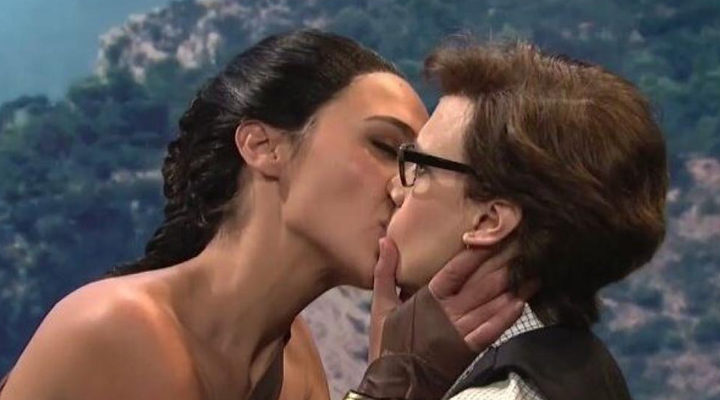 Beso entre Gal Gadot y Kate McKinnon