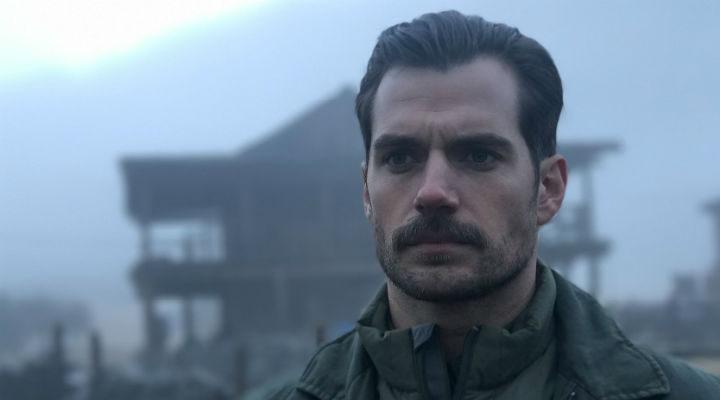 A Henry Cavill le queda bien el bigote y no lo puedes negar
