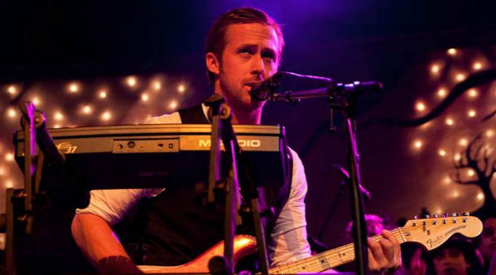 Ryan Gosling tocando en un concierto de su banda Dead Man's Bones