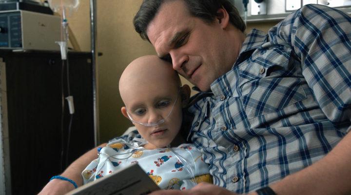 'Hopper lleva la pulsera azul cuando Sara está en el hospital'